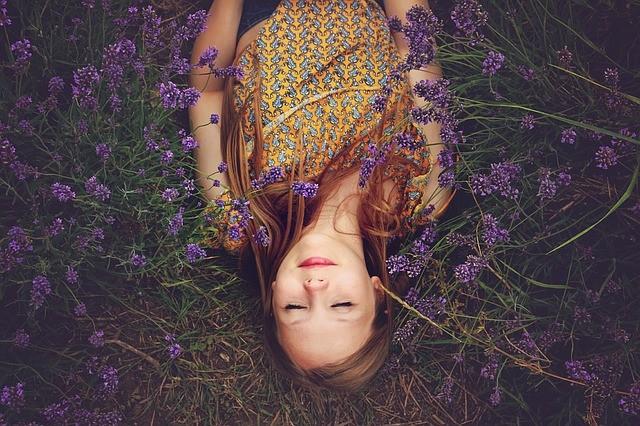 Fille au visage détendu allongée dans un champ de lavande