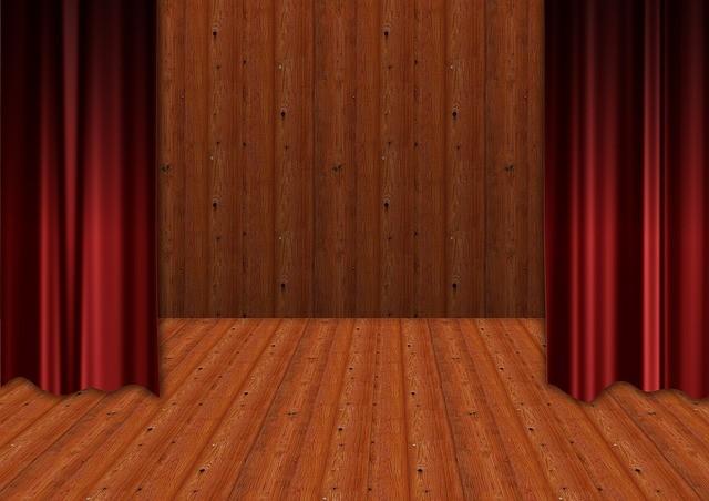 Scène d'un théâtre avec des rideaux rouges