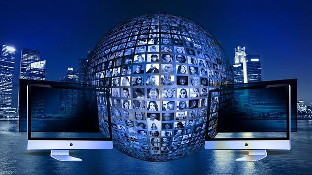 deux ordinateur reliés à une sphère couverte de visages
