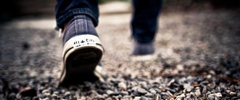 Focus sur les chaussures d'un marcheur